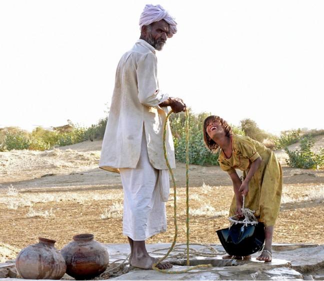 water halen bij de waterput in de woestijn