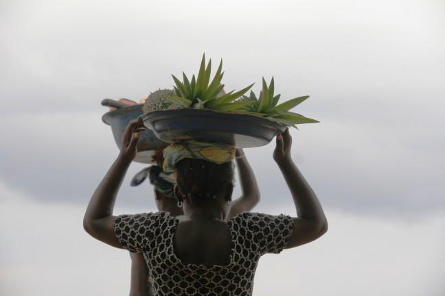 Vrouwen met ananas op hoofd