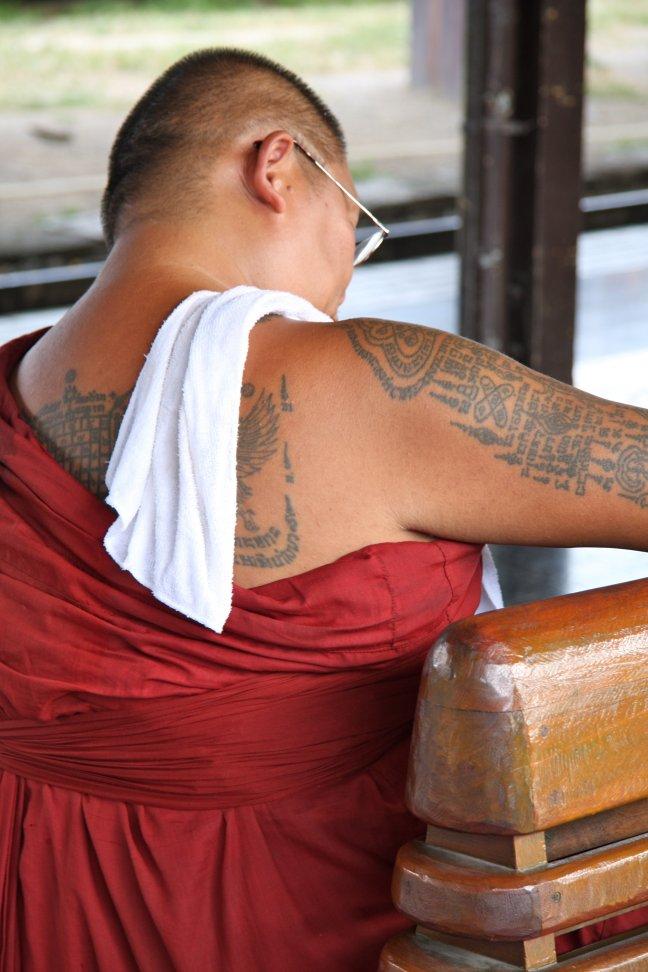 Boeddhistische monnik op station van Chiang Mai