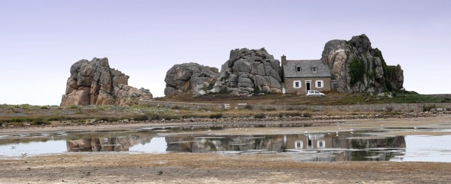 Huis tussen rotsen