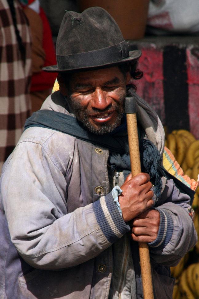 Blinde man op de markt van Otavallo