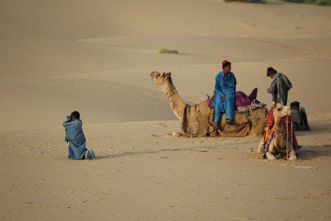 Groepje indiërs in de Thar woestijn