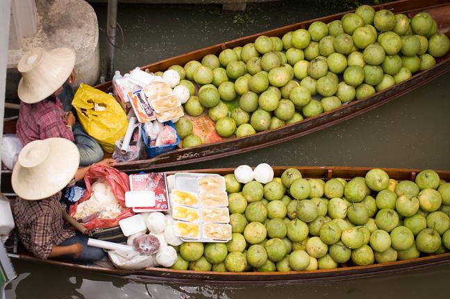 Fruit te koop in de Floating Market
