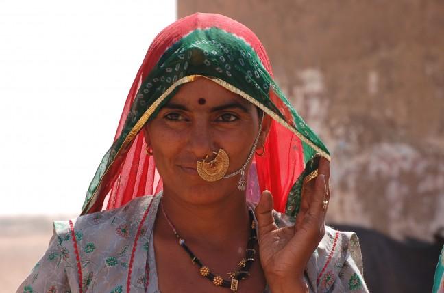 koeien hoedster aan een waterput in Rajasthan