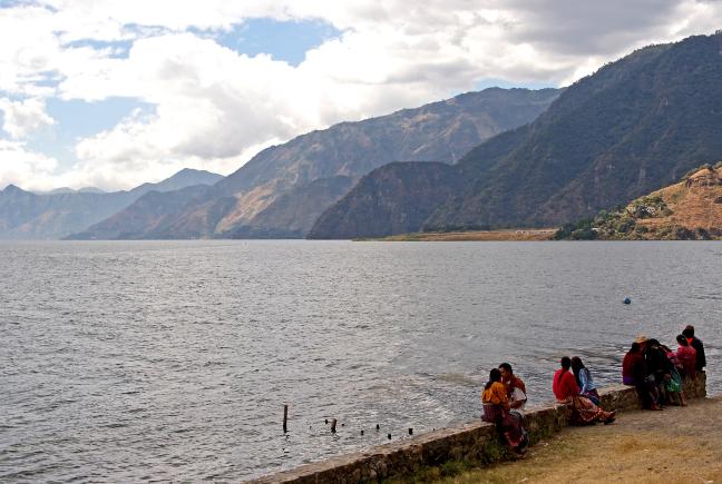 Bijkletsen aan de oevers van Lago de Atitlán