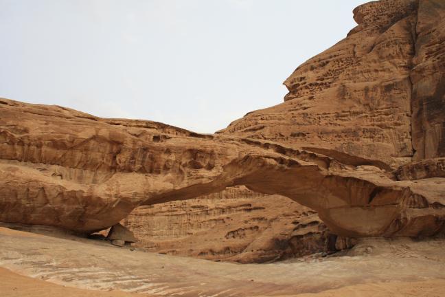 Natuurlijke brug in Wadi Rum