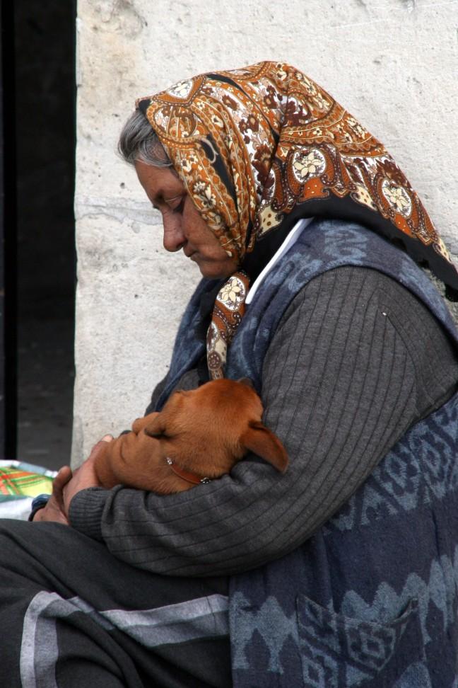 zwerver met hond in Parijs