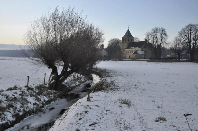 kerkje in winterlandschap