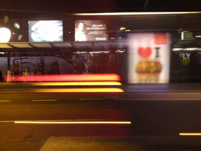 snel(trein)vaart. weerspiegeling van reclame in voorbijgaande bus.