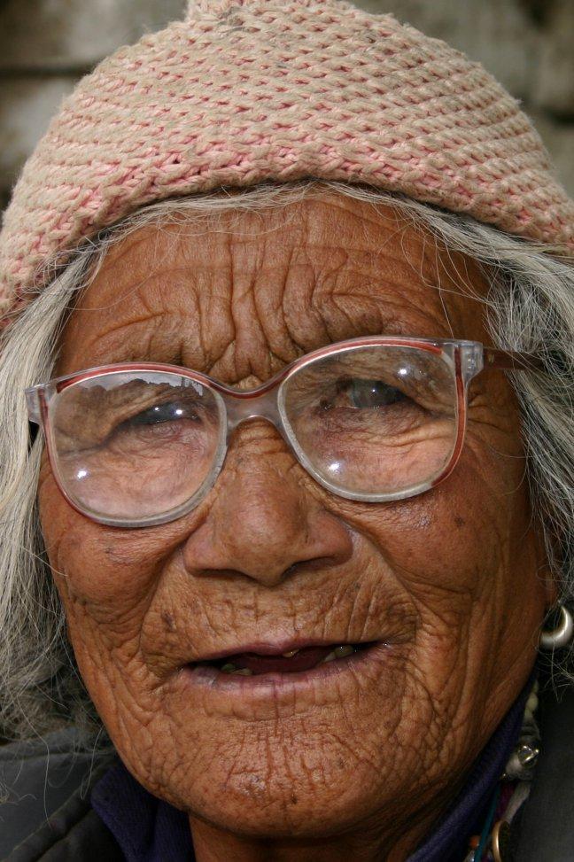 vrouw met bril in de hoofdstraat van Leh