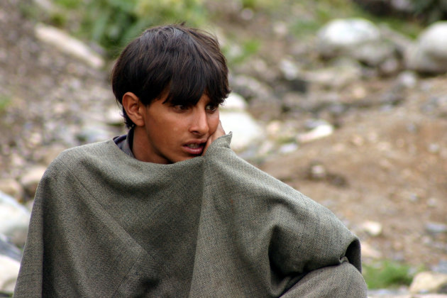 jongen aan de grens van Kahmir en Ladakh