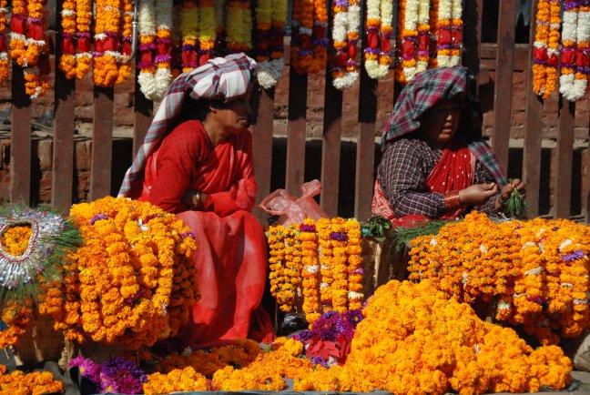 Bloemen te koop voor Dasain festival
