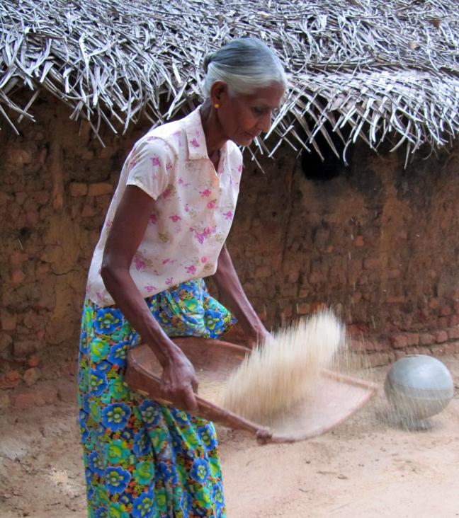 Door het omschudden van de rijst, worden de losse vliesjes verwijderd