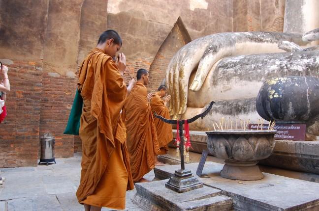 jonge monniken in tempel sukhothai