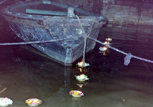 Boterlichtjes op de Ganges.