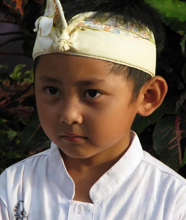 Jongetje in traditionele klederdracht nabij Tanah Lot