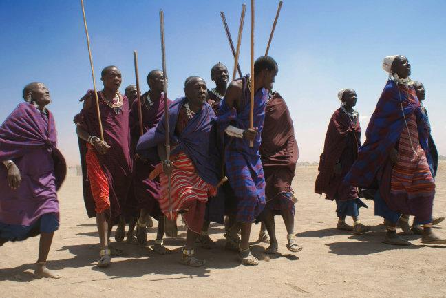 Maassai dansers heten ons welkom bij het bezoek aan hun dorp