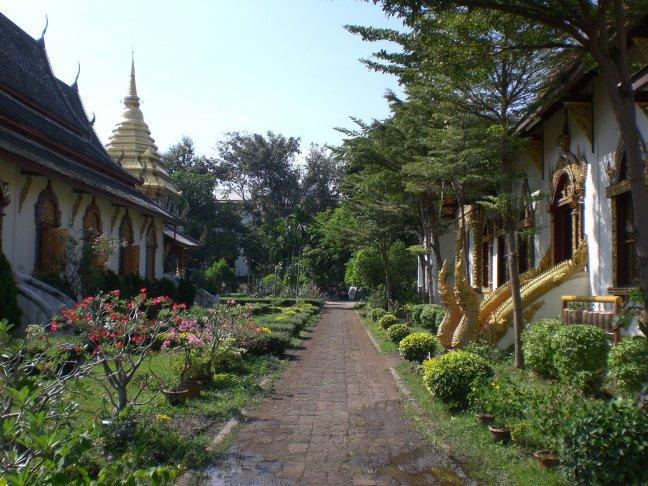 Doorkijkje tussen 2 tempels.