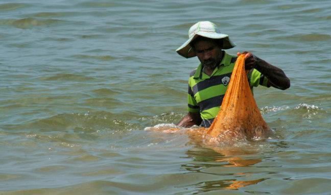 Het net wordt gespoeld in zee