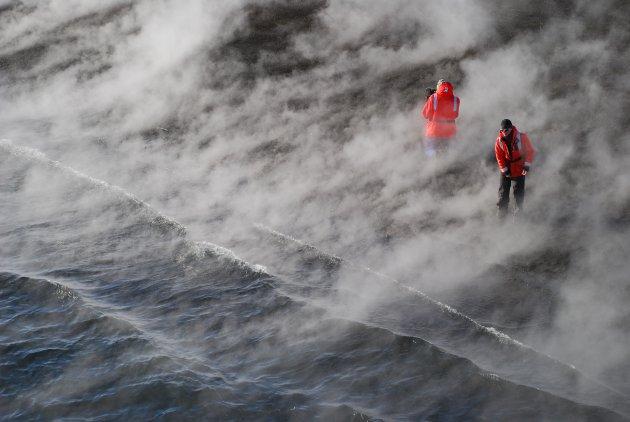 Expeditieleiders inspecteren het strand van Whalers Bay, Deception Island