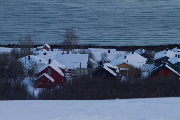 Dorpje op Kvaløya aan Fjord