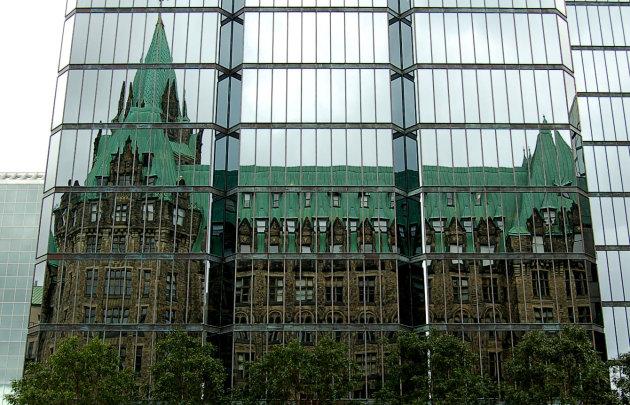 Gespiegelde kerk in glazen kantoorgebouw - Ottawa, Canada