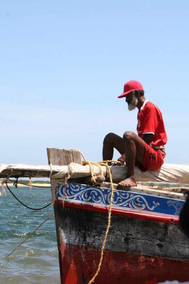 Schipper in Lamu rust uit op zijn Dhow