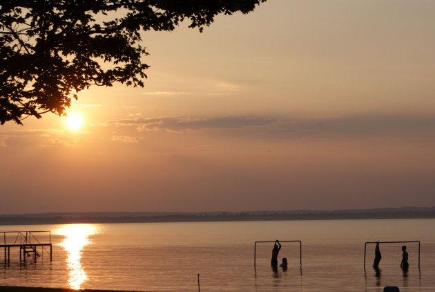 Het Balatonmeer bij zonsondergang
