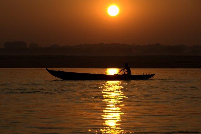 Zonsopkomst over de Ganges in Varanasi