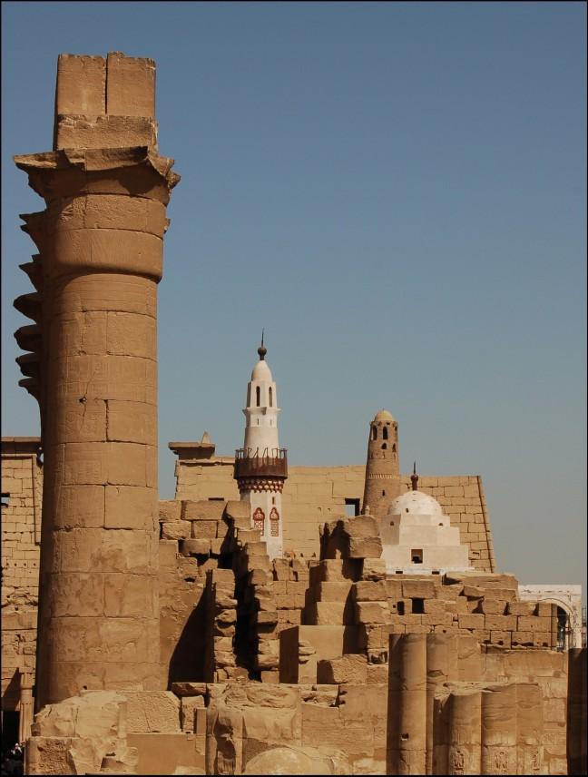 Witte moskee met tempels