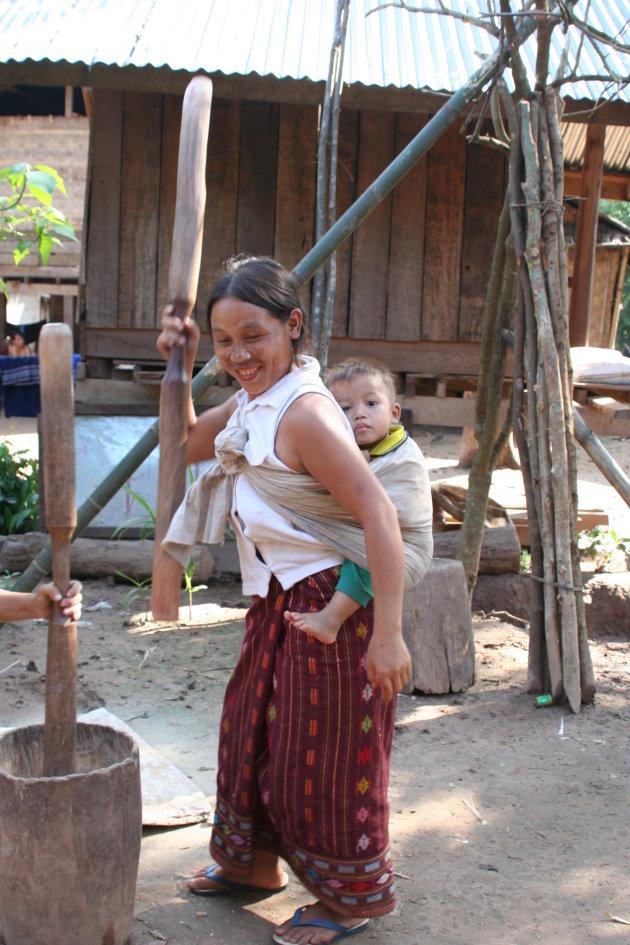 Vrolijk, maar toch hard aan het werk in Laos