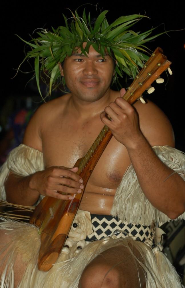 Ukelele boy tijdens het Heiva-feest op Raivavae.