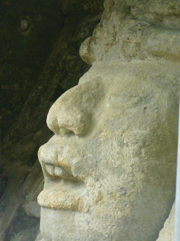 Stenen gezicht in het Lamanai tempelcomplex in Belize