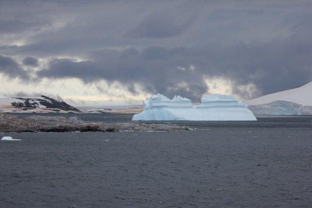 IJsberg  in het avondlicht.