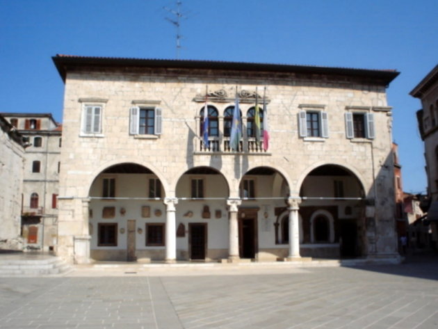 Stadhuis van Pula aan een plein (Gradska Palaca)