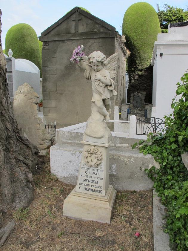 Graf met Beeld van een Engel op een Latijns-Amerikaanse Begraafplaats