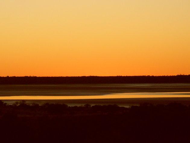 Het laatste beetje licht brengt de mooiste rode gloed over de woestijn in Australie