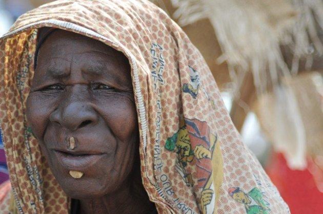 vrouw uit Tsjaad op de markt