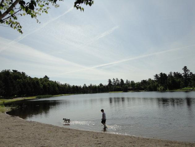Kind en hond bij een meer in New Brunswick