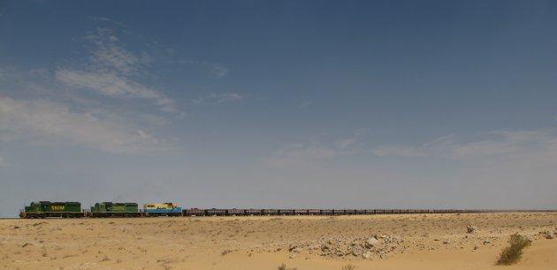 Lange trein dwars door de woestijn