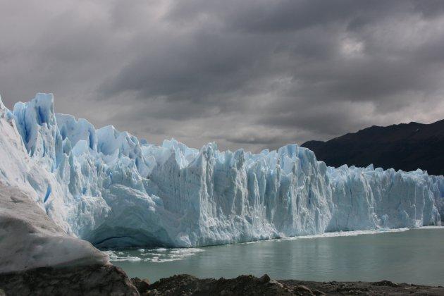 Donkere wolken pakken samen boven Perito Moreno gletsjer in het zuiden van Patagonië.