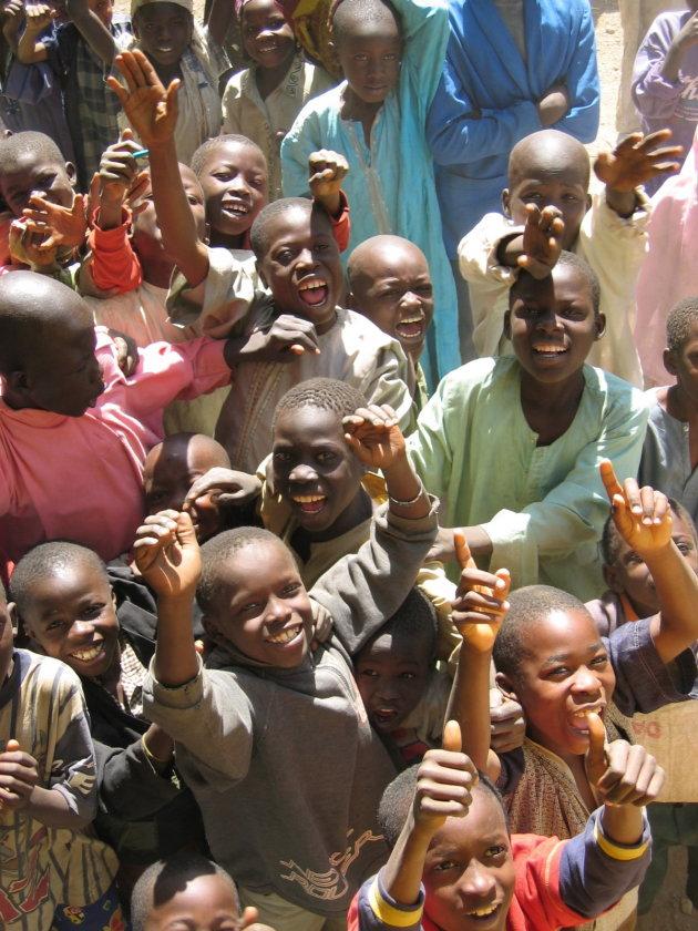 Enthousiaste jongens in Biu