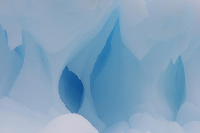 Ijzig blauw ijs