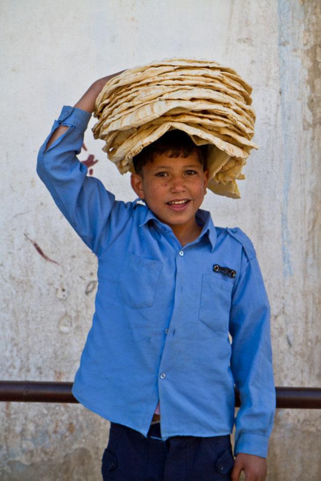Jongen draagt brood