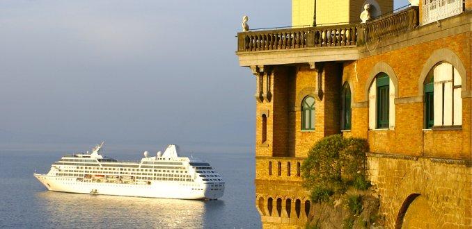 de Baai van Napels vanuit Sorrento