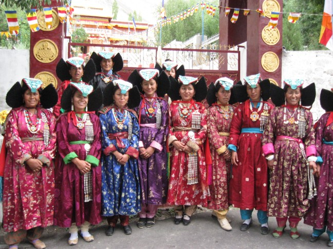 vrouwen in originele klederdracht