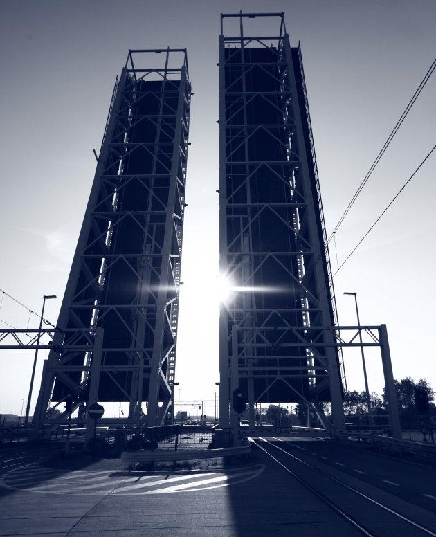 De brug die de zon in twee snijd