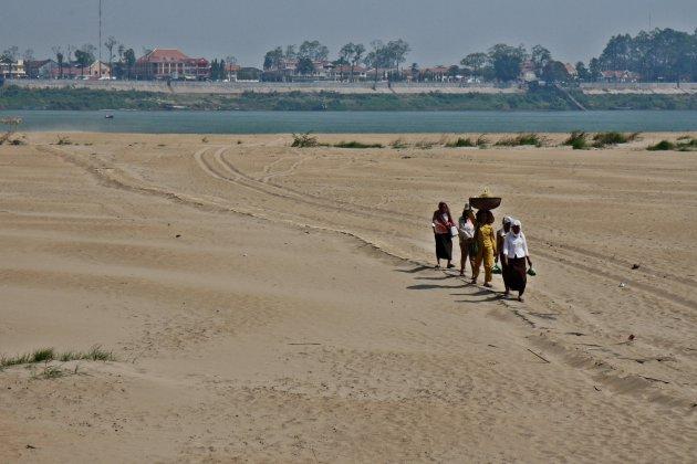 Locals onderweg op eiland in Mekong