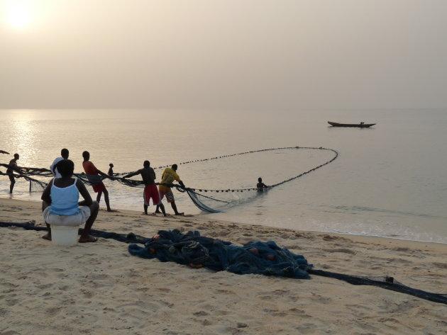 Visser halen de netten binnen