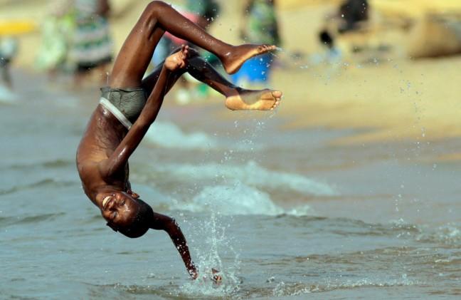 spelend kind in het water
